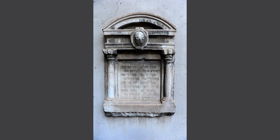 Lodi, plaque with Hebrew inscriptions in the courtyard of the university library 2 © Alberto Jona Falco