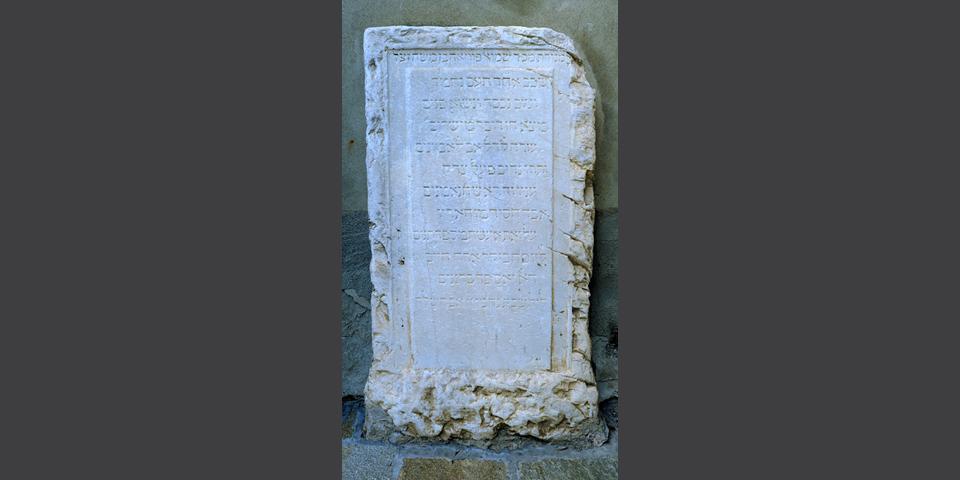 Lodi, plaque with Hebrew inscriptions in the courtyard of the university library 4 © Alberto Jona Falco