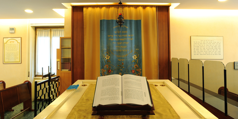 Milano sinagoga Beth Yossef ve Eliahu l'interno con pulpito e armadio sacro © Alberto Jona Falco