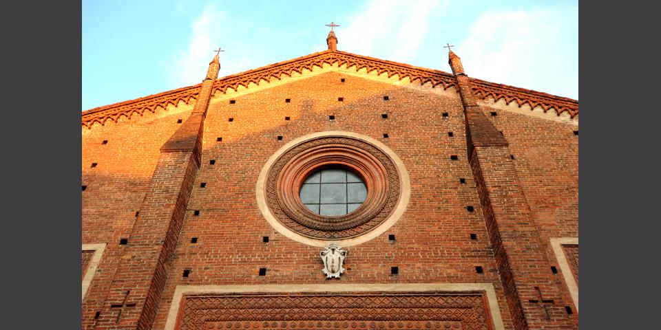 Mortara, particolare del rosone sulla facciata del Duomo © Alberto Jona Falco