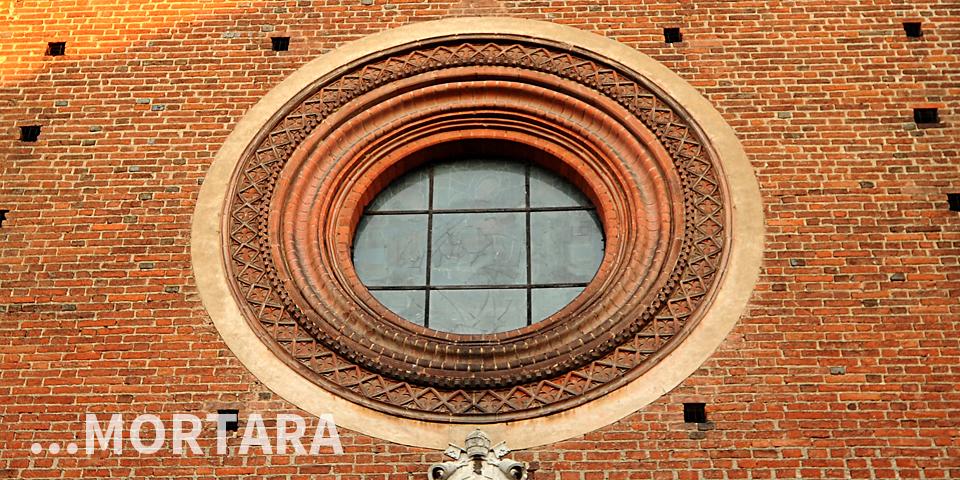 Mortara, finestra tonda sulla facciata del Duomo © Alberto Jona Falco