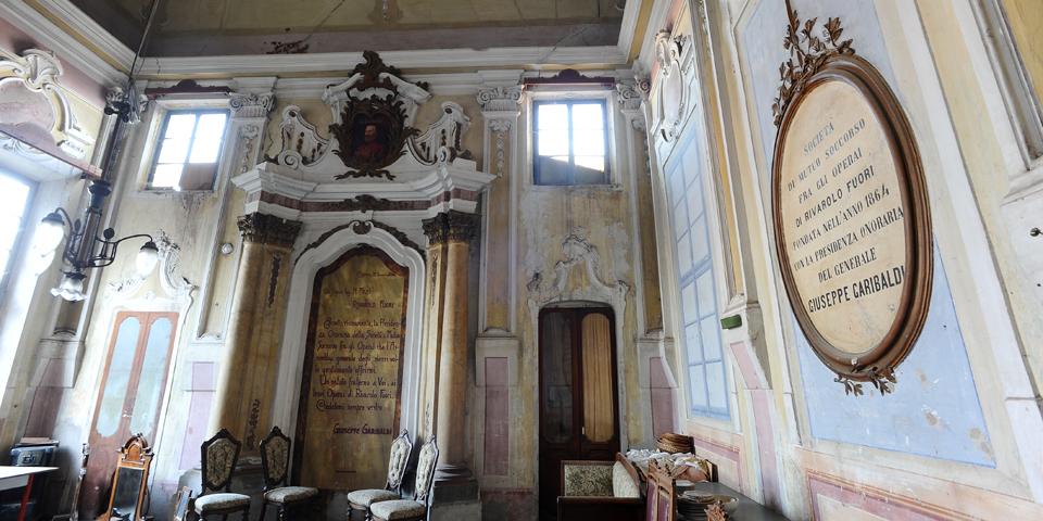 Rivarolo Mantovano, interior of the synagogue with a written in memory of Giuseppe Garibaldi © Alberto Jona Falco