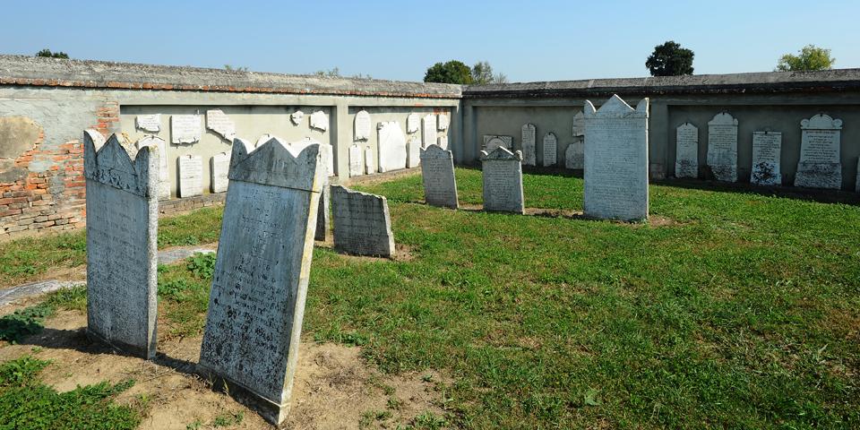 Sabbioneta le lapidi al cimitero fuori le mura © Alberto Jona Falco