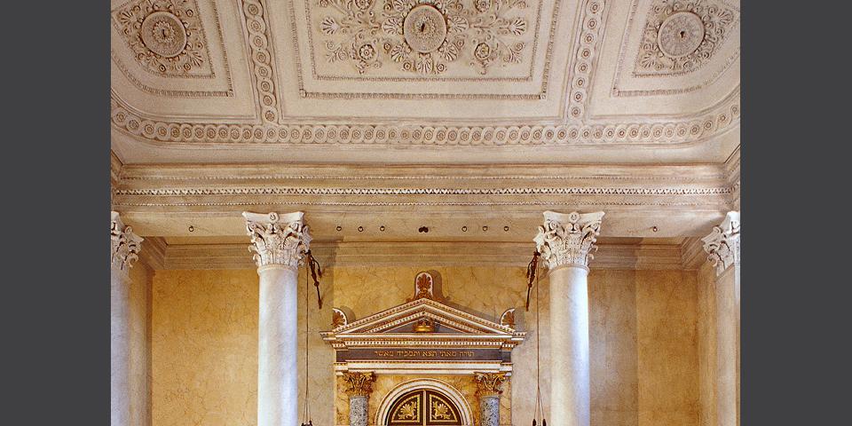 Sabbioneta, sinagoga: particolare del soffitto e del fregio superiore dell'Armadio sacro © Alberto Jona Falco