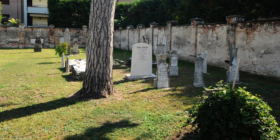 Viadana, cemetery, view from the entrance gate © Alberto Jona Falco