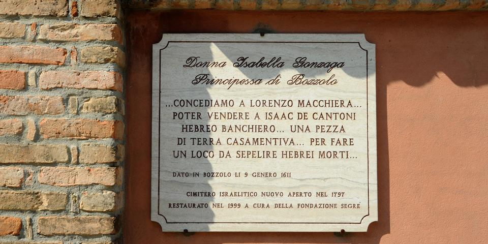 Bozzolo, memorial plaque in front of the cemetery © Alberto Jona Falco