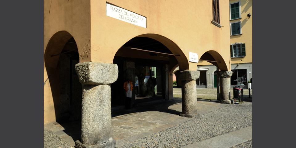 Como, piazza San Fedele, i portici © Alberto Jona Falco