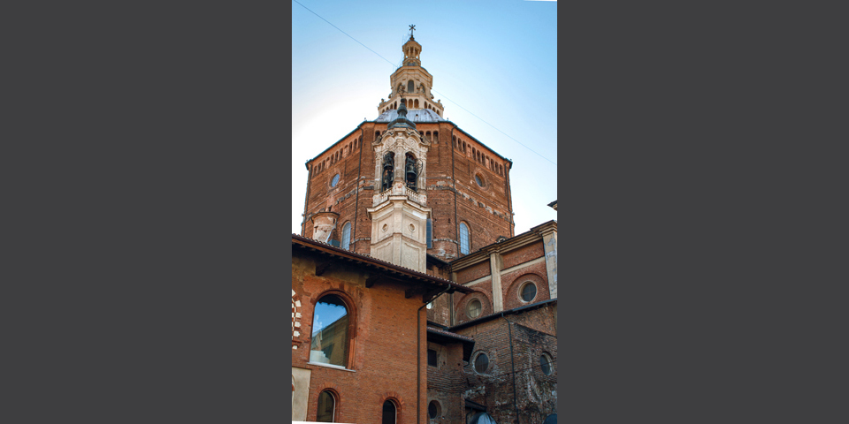 Pavia, vista del Duomo che spunta sopra il broletto © Alberto Jona Falco
