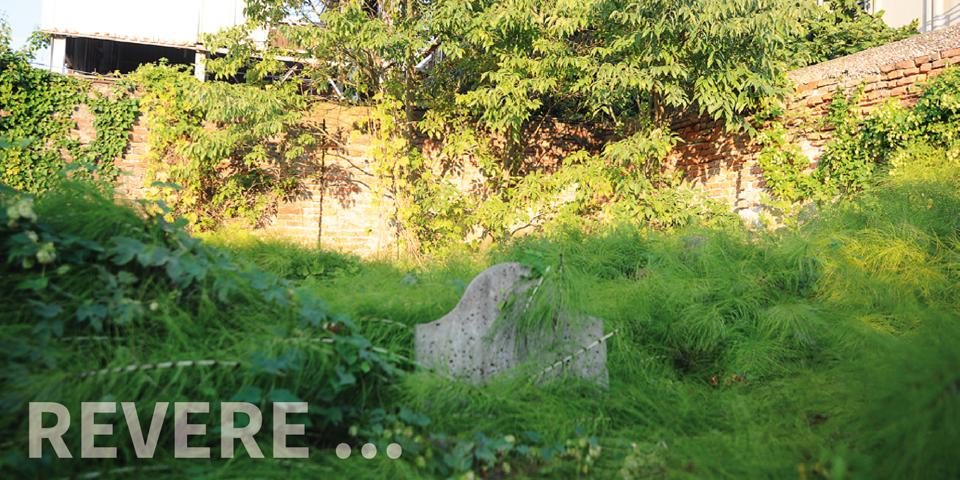 Revere, semi-hidden tombstone in the cemetery © Alberto Jona Falco