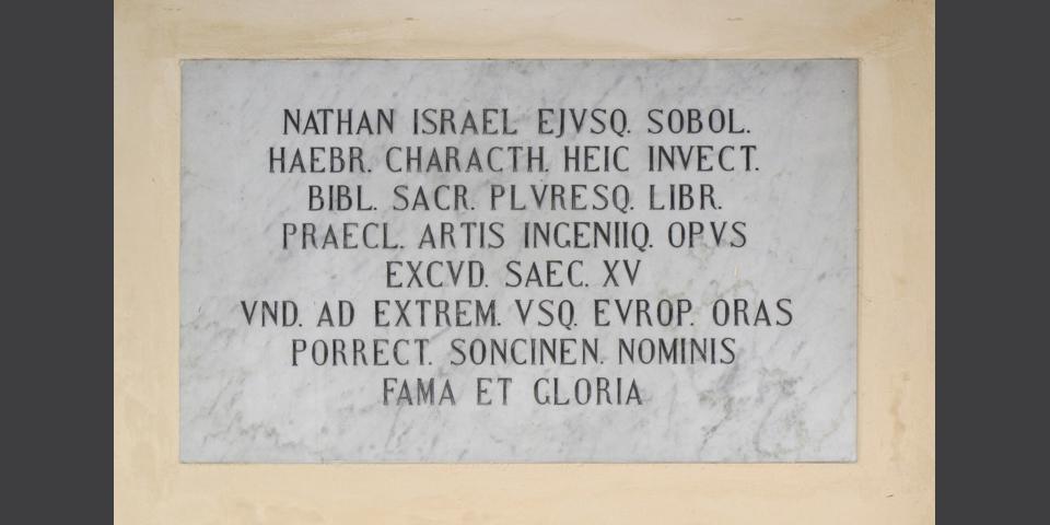 Soncino, lapide sul palazzo comunale dedicata a Nathan Soncino © Alberto Jona Falco