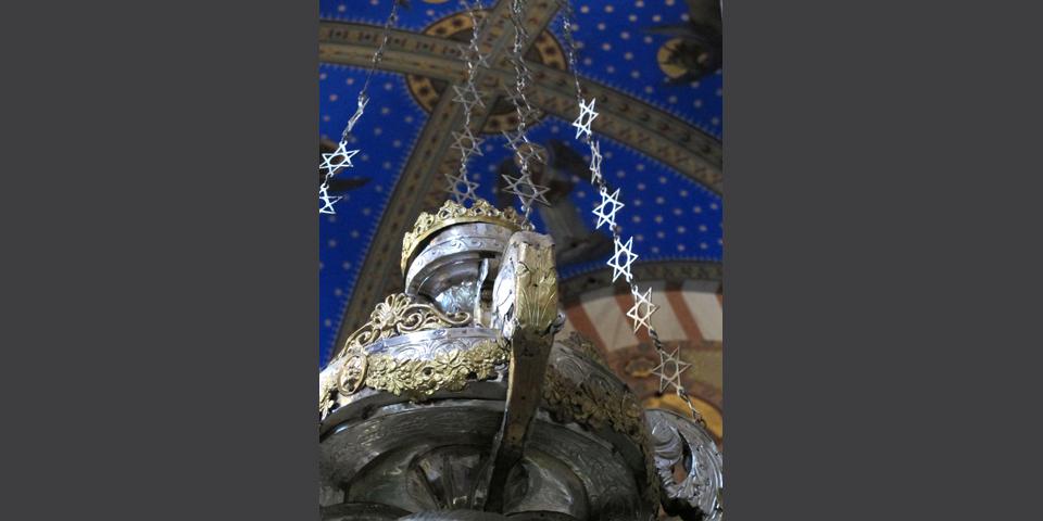 Soncino, pieve di Santa Maria Assunta, lucerna con motivi ornamentali ebraici © Alberto Jona Falco